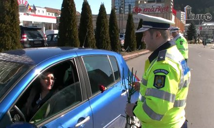 POLIȚIȘTII NEMȚENI ALĂTURI DE DOAMNELE DIN TRAFIC, CU FLORI ȘI FELICITĂRI