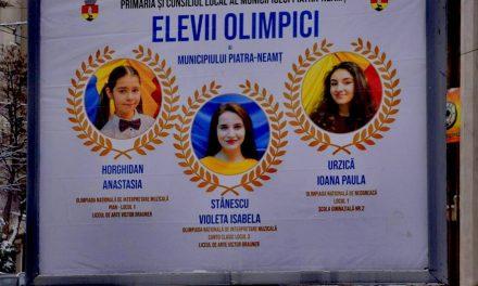 Primii cinci elevi olimpici, promovați pe panouri publicitare în Piatra-Neamț