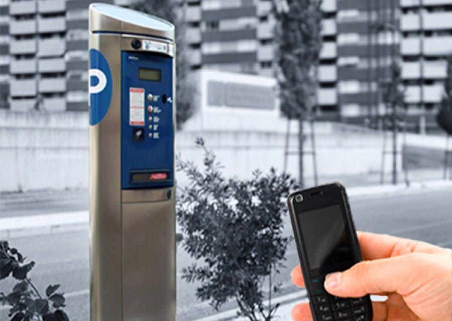 Noi opțiuni pentru plata parcărilor în Roman: prin SMS sau cu un card bancar