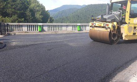 A început asfaltarea barajului de la Bicaz!
