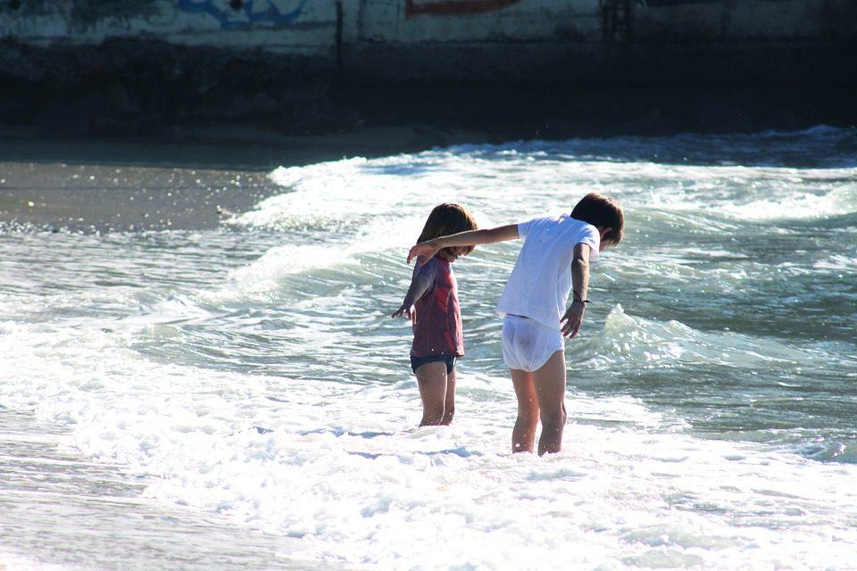 100 de copii amărâți din Târgu Frumos și Piatra Neamț, speră să ajungă la mare. Vezi cum îi poți ajuta!