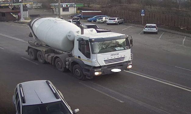 La împrăștiat beton pe stradă