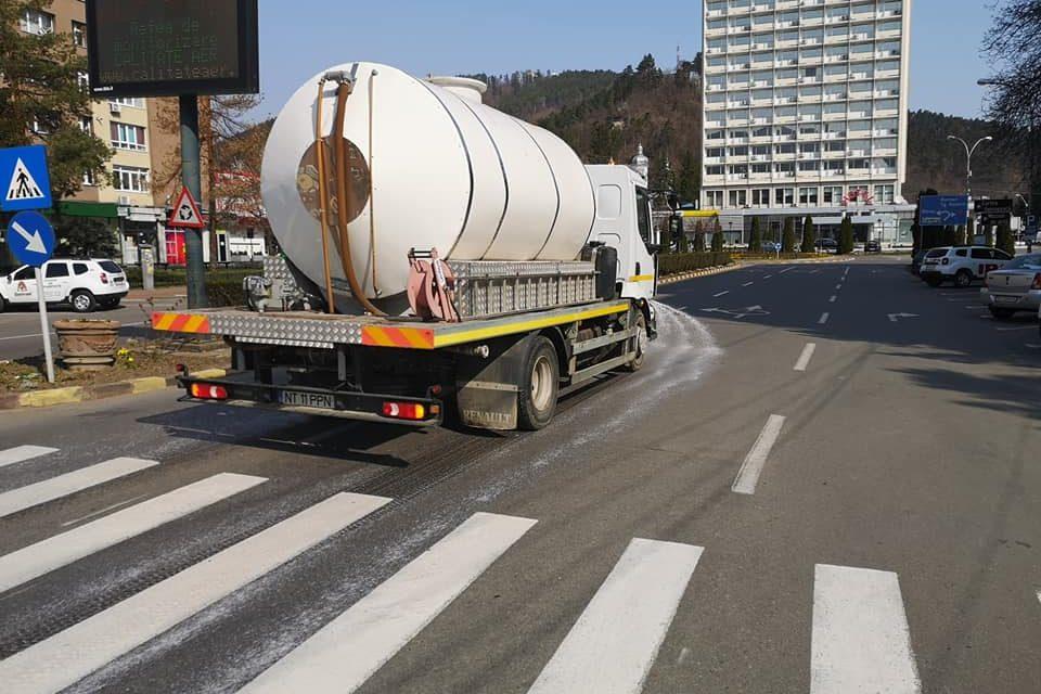 Primăria Piatra-Neamț continuă spălarea străzilor
