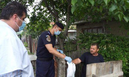 Alimente de bază și produse de igienă distribuite de voluntari și jandarmi familiilor nevoiașe din județul Neamț